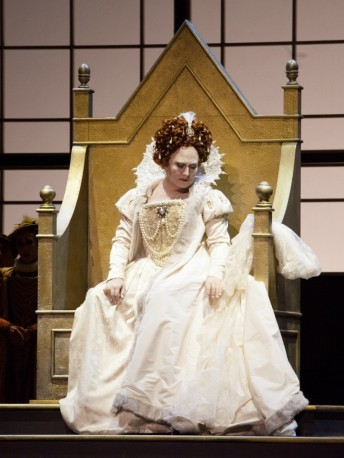 Anna-Pirozzi-as-Elizabetta-I-in-Roberto-Devereux-in-Bilbao-2015