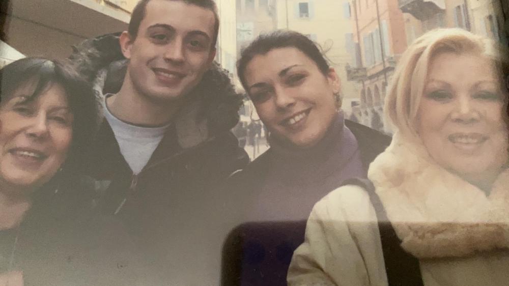 Micaela Magiera con i figli Mattia e Gaia e la mamma Mirella Freni